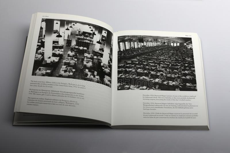 Livre de photographie par Nick Yapp, commis militaires dans le Pentagone Washington photo stock