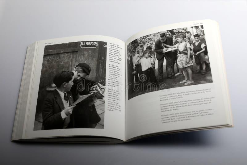 Livre de photographie par Nick Yapp, deux écoliers jouant le jeu des marrons dans Kent image libre de droits