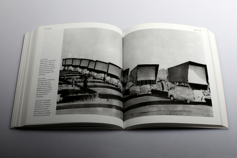 Livre de photographie par Nick Yapp, flotte de voitures avec les écrans géants de projection par transparence photos libres de droits