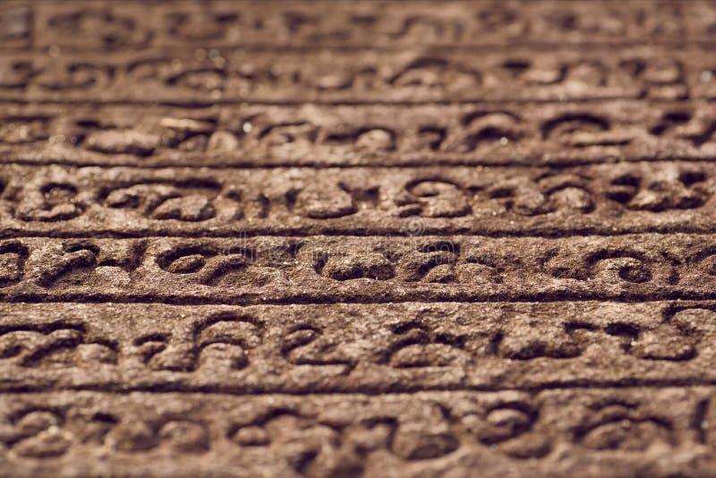 Livre de pierre de langue de Sinhalese sur le mur de la structure indoue en pierre du 12ème siècle Polonnaruwa, Sri Lanka photographie stock libre de droits