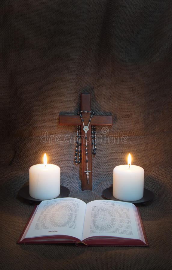 Livre de prière, chapelet, crucifix et deux bougies photos libres de droits