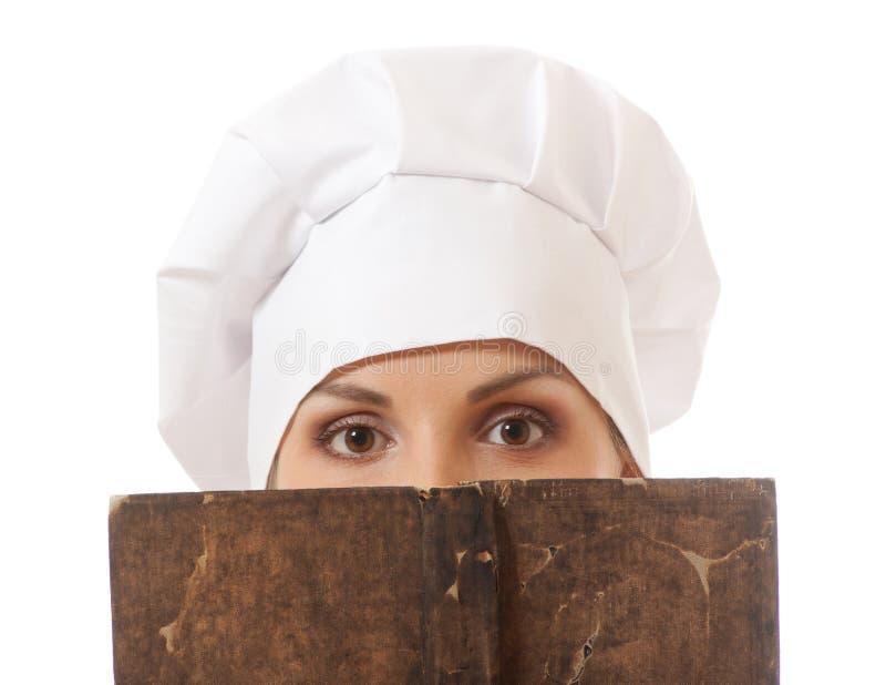 Livre de recettes de lecture de cuisinière de femme photos stock