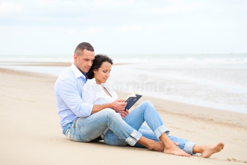 Livre de relevé de couples image stock
