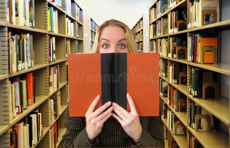 Livre de relevé de femme dans la bibliothèque