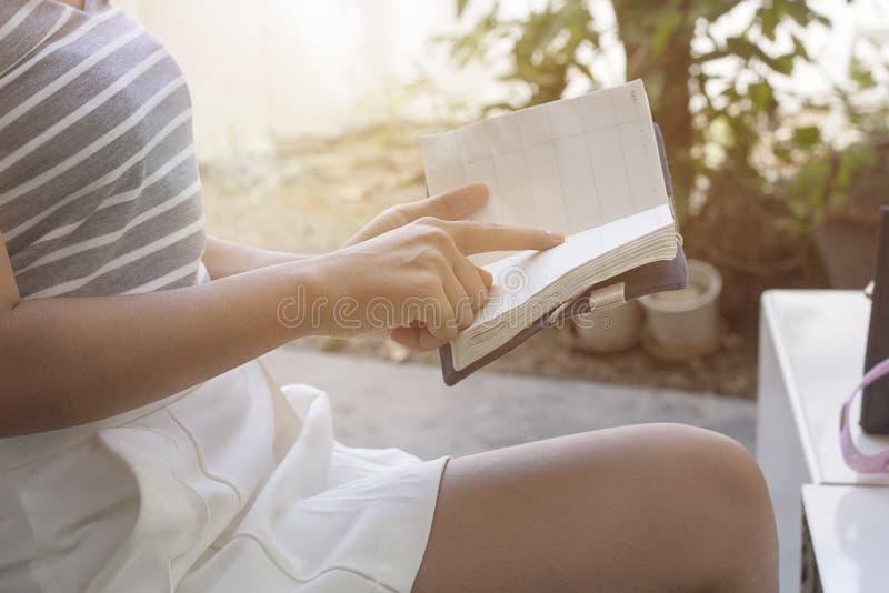livre de relevé de fille images stock