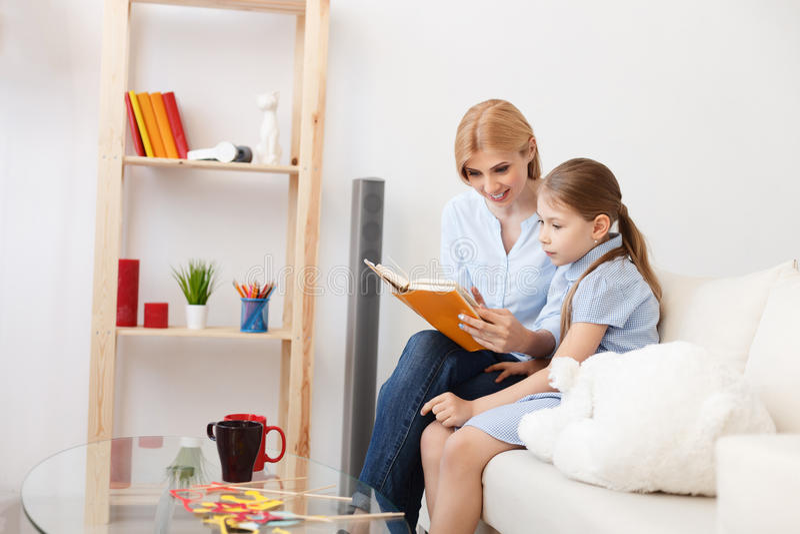 Livre de relevé de mère et de descendant à la maison image libre de droits