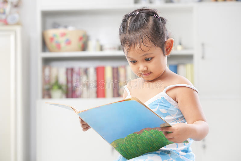 Livre de relevé de petite fille photographie stock libre de droits