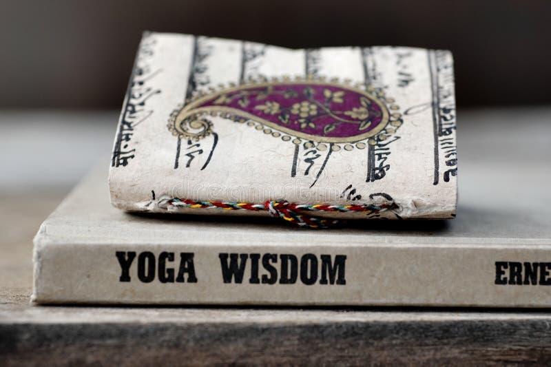 Livre de sagesse de yoga images libres de droits