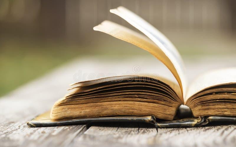 Livre de Sainte Bible ouvert vieux par cru images stock