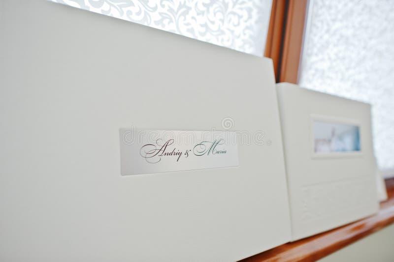 Livre en cuir de luxe blanc de mariage images stock