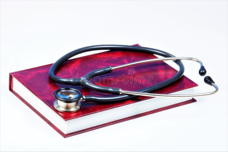 Livre-encyclopédie médicale, stéthoscope Publication scientifique de référence pour des médecins Dispositif diagnostique de stéth photos libres de droits