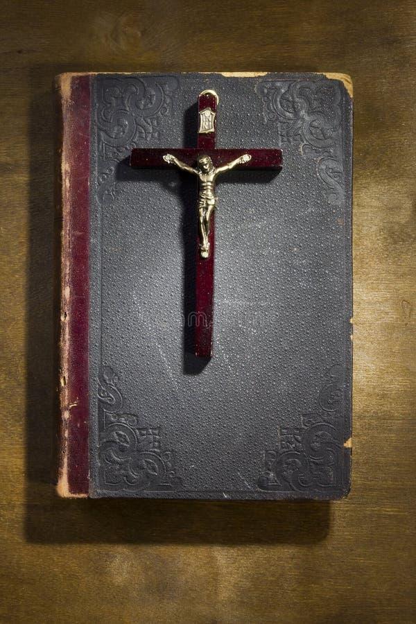 Livre et crucifix antiques image stock