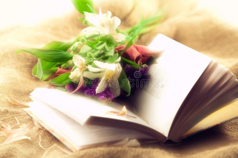 Livre et fleurs images stock