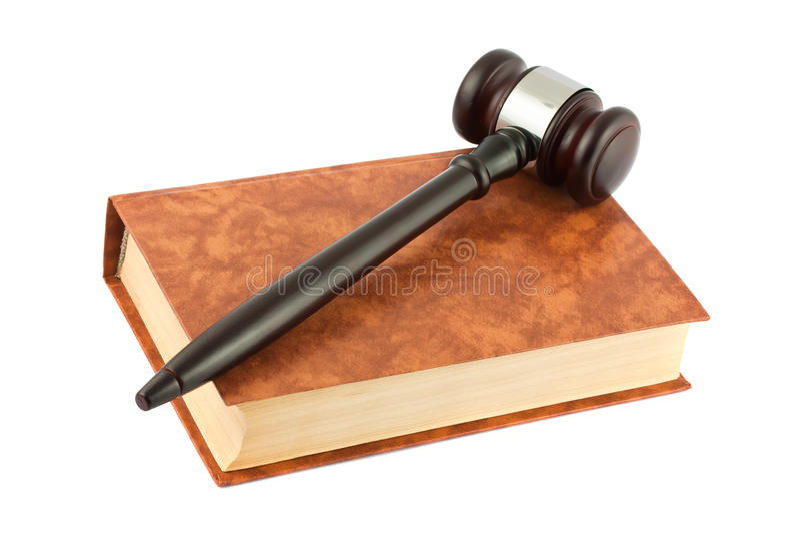 Livre et marteau d'isolement au-dessus du blanc images libres de droits