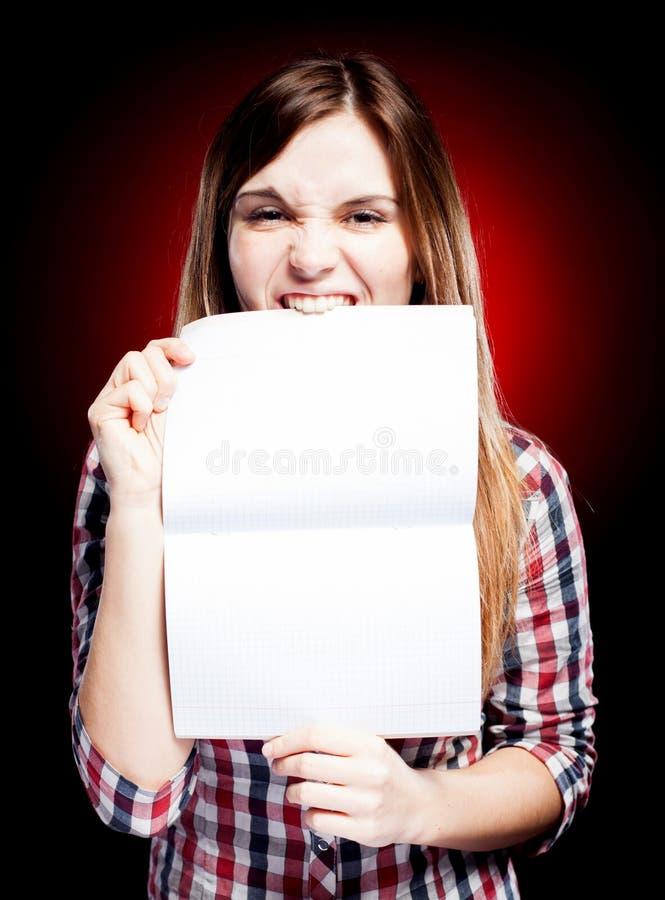 Jeune fille déçue et fâchée tenant l'exercice photos libres de droits