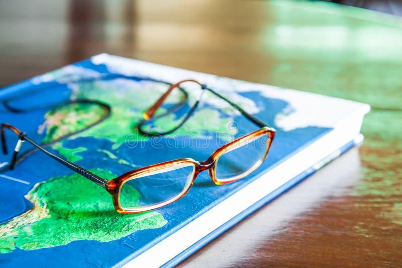 Livre et verres de carte images stock