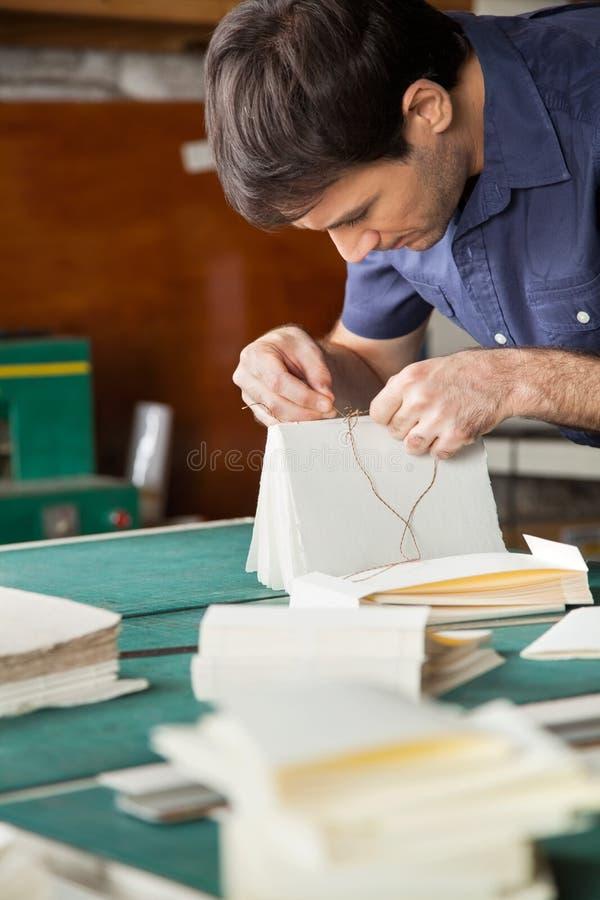 Livre obligatoire de travailleur au Tableau dans l'usine de papier photographie stock