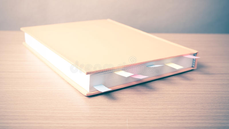 Download Livre Orange Avec La Note Collante Image stock - Image du couleur, blanc: 56489531