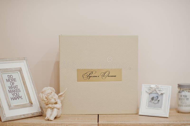 Livre ou album blanc et beige de mariage photographie stock libre de droits