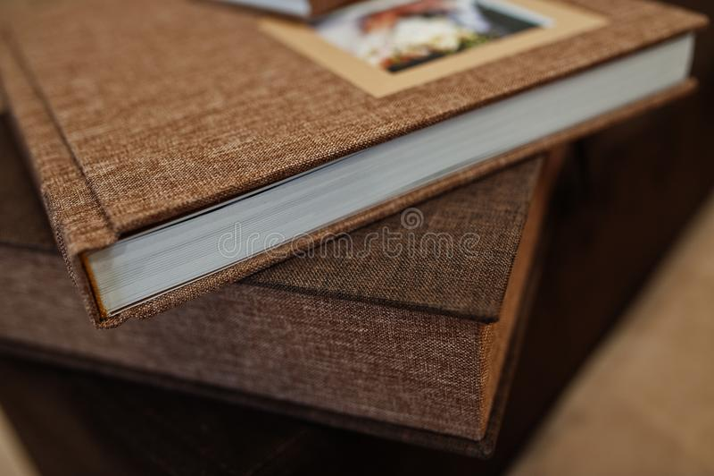 Livre ou album de photo de mariage de textile de Brown photographie stock