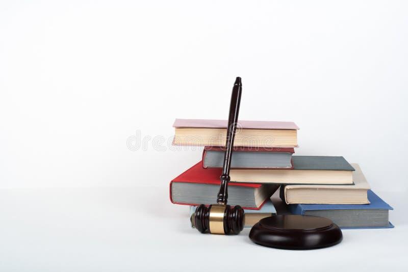 Livre ouvert de concept de loi avec le marteau en bois de juges sur la table dans une salle d'audience ou un bureau de police, fo photographie stock
