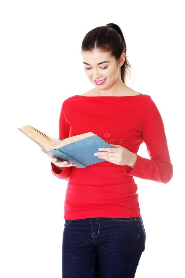 Livre ouvert de participation attrayante de jeune femme, lecture. photo stock