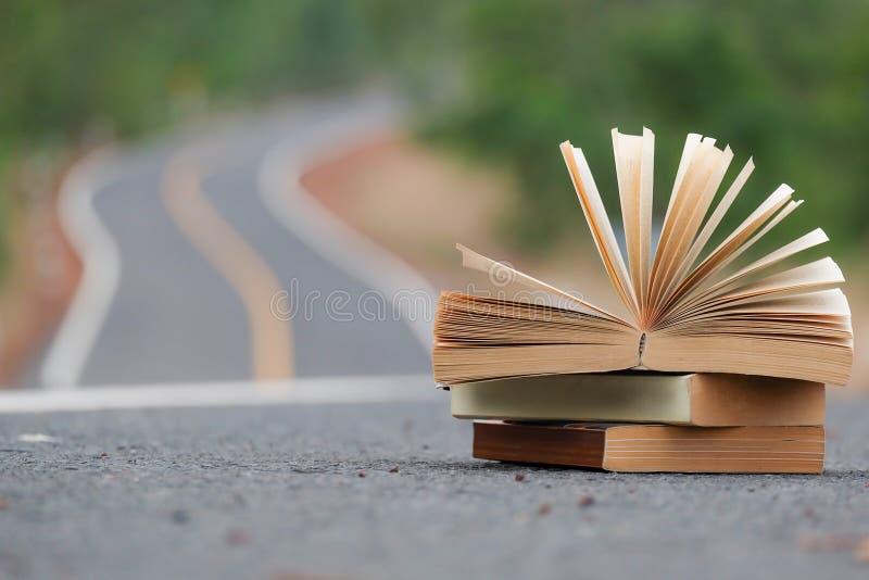 Livre ouvert sur la tache floue de route et de fond images stock