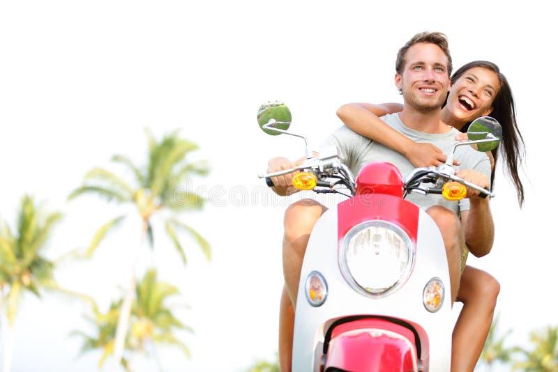 Livre pares novos no 'trotinette' em férias de verão fotos de stock