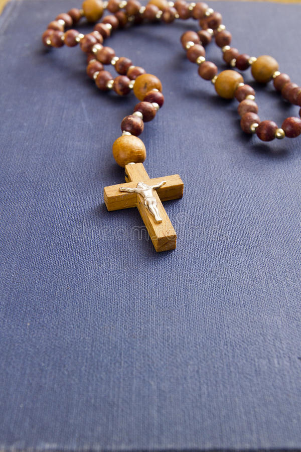 Livre religieux avec une croix catholique images libres de droits