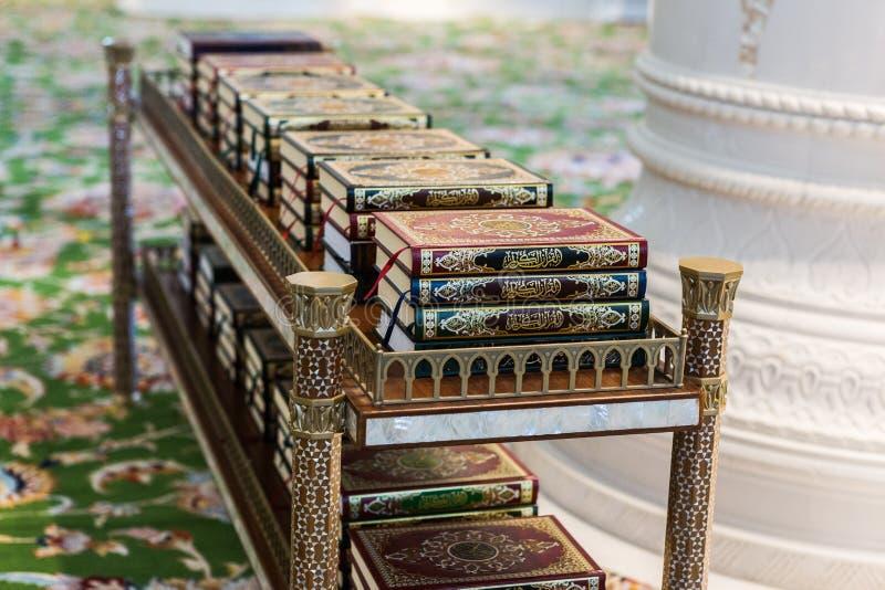 Download Livre Sacré De Coran Des Musulmans Dans La Mosquée Image stock - Image du document, musulmans: 77159651