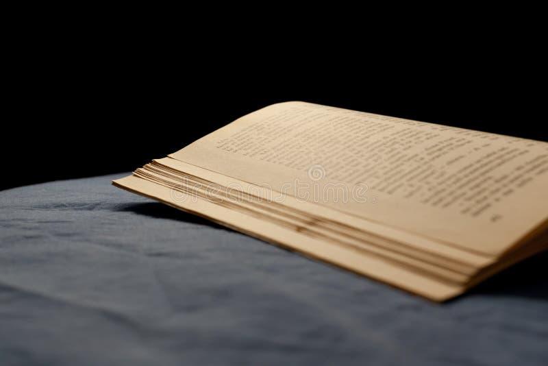 Livre sur le lit image libre de droits