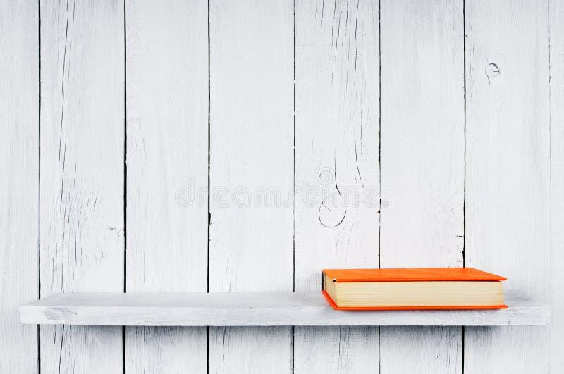 Livre sur une étagère en bois image libre de droits