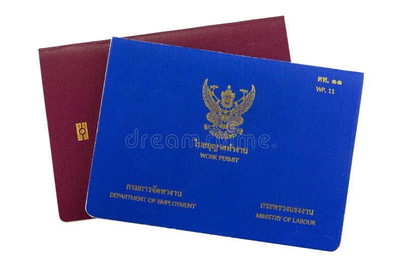 Livre thaïlandais bleu de permis de travail sur le passeport électronique d'isolement sur le wh image stock