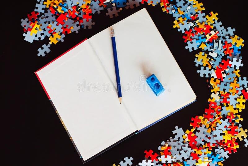 Livre vide avec le crayon et les affûteuses photos stock