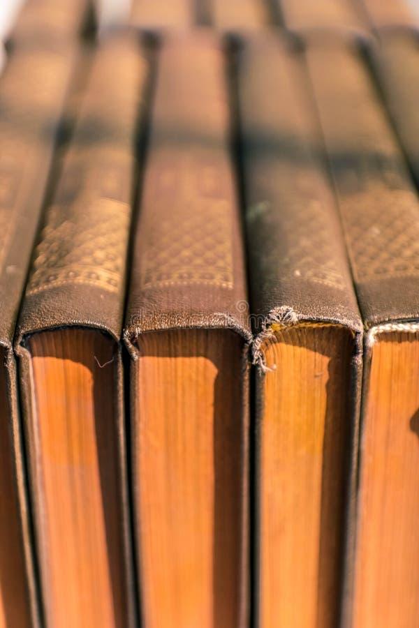 Livres antiques avec les pages poussiéreuses jaunes La vieille antiquit? r?serve le fond image stock