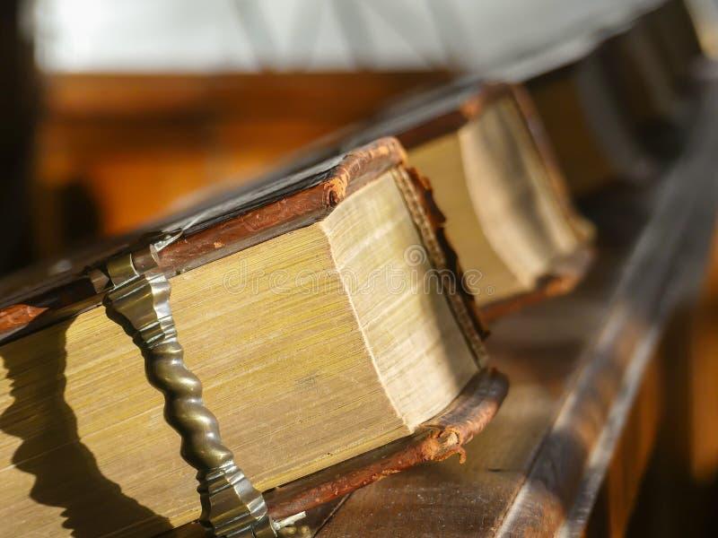 livres attachés en cuir d'hymne images stock
