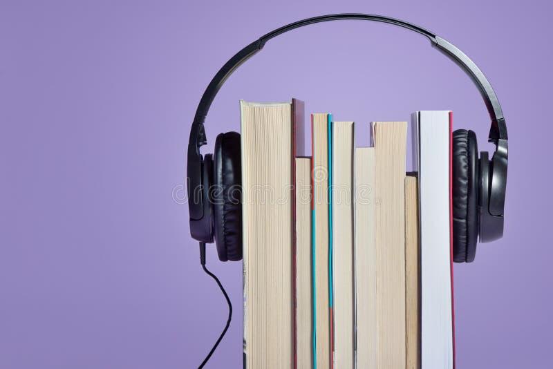 Livres audio avec des livres et des écouteurs images libres de droits