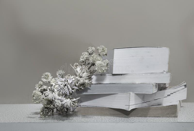 Livres avec les fleurs avec le fond en bois encore vie-noir et images libres de droits