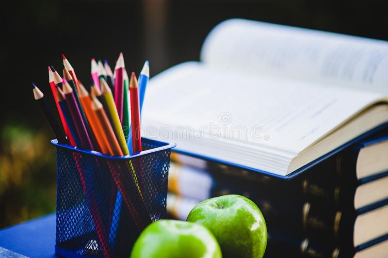 Livres d'étude et matériaux d'étude photographie stock libre de droits