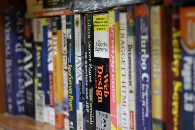 Livres d'ordinateur dans une étagère photographie stock