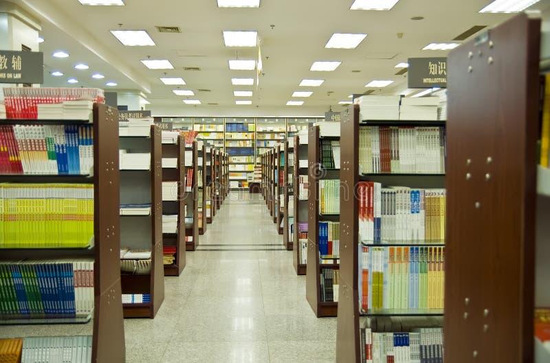 Livres dans la bibliothèque photo libre de droits