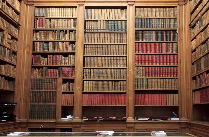 Livres dans la bibliothèque photographie stock