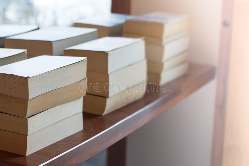 Livres dans la librairie et l'étude photo stock