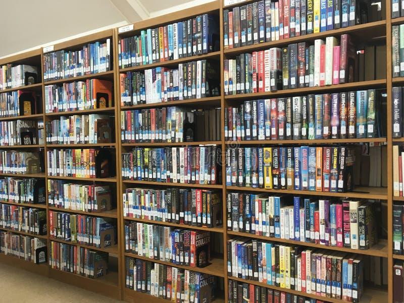 Livres de bibliothèque sur des étagères photo stock