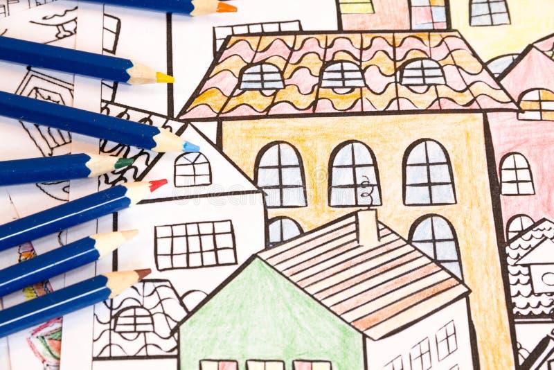 Livres de coloration adultes avec des crayons, nouvelle tendance de recuit de stabilisation, personne de concept de mindfulness c image stock