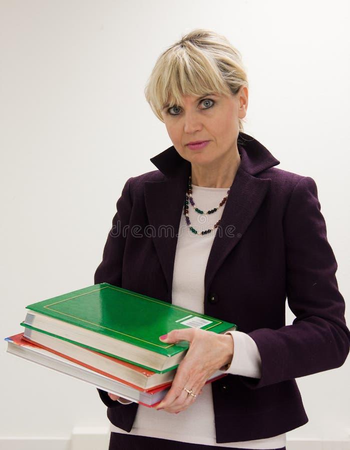 Livres de fixation de professeur de femme image stock
