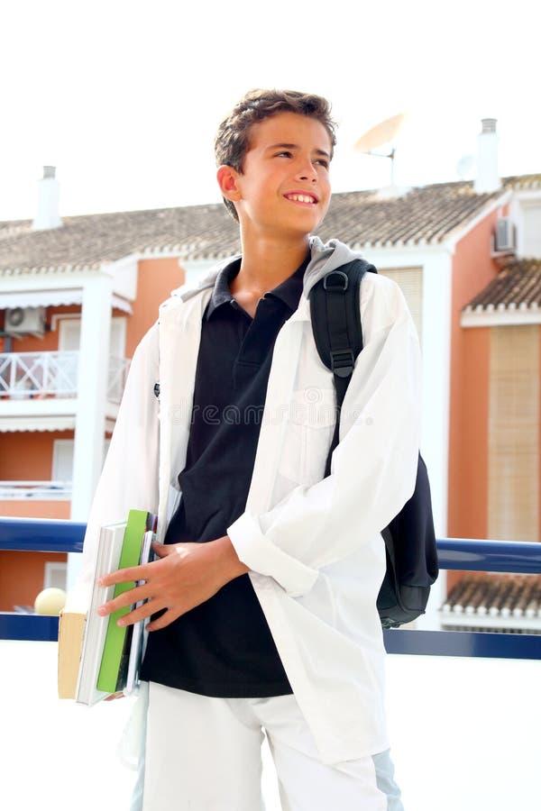 Livres de fixation de sac à dos d'adolescent d'étudiant de garçon photo stock