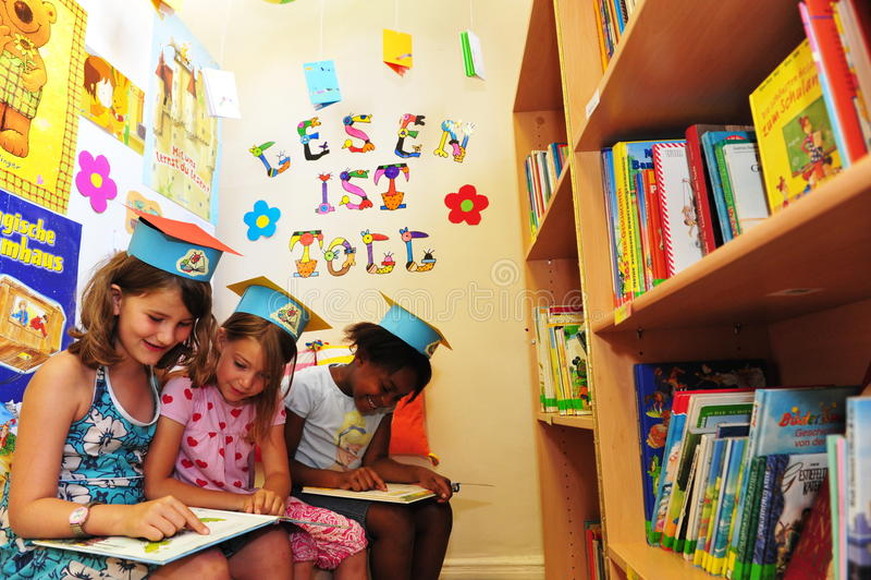 Livres de lecture d'enfants image libre de droits