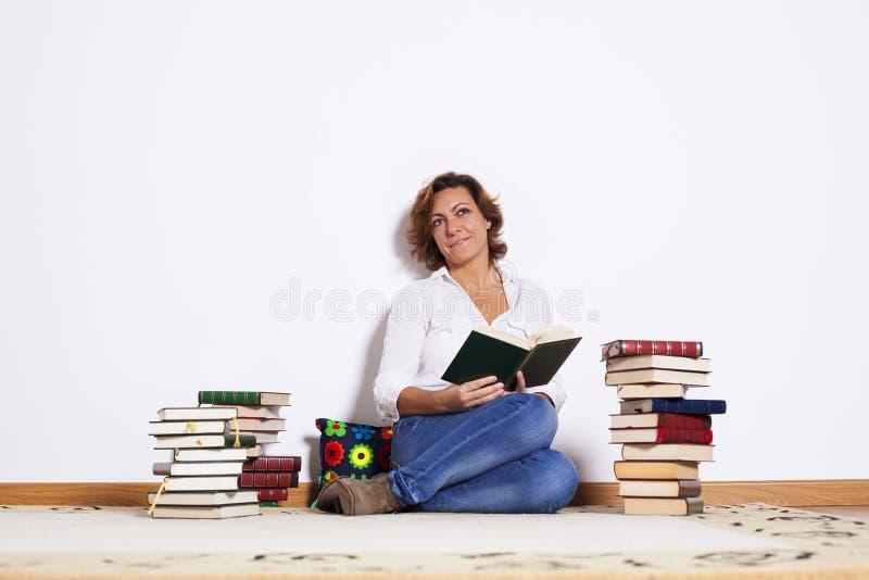 Livres de lecture de femme photos stock