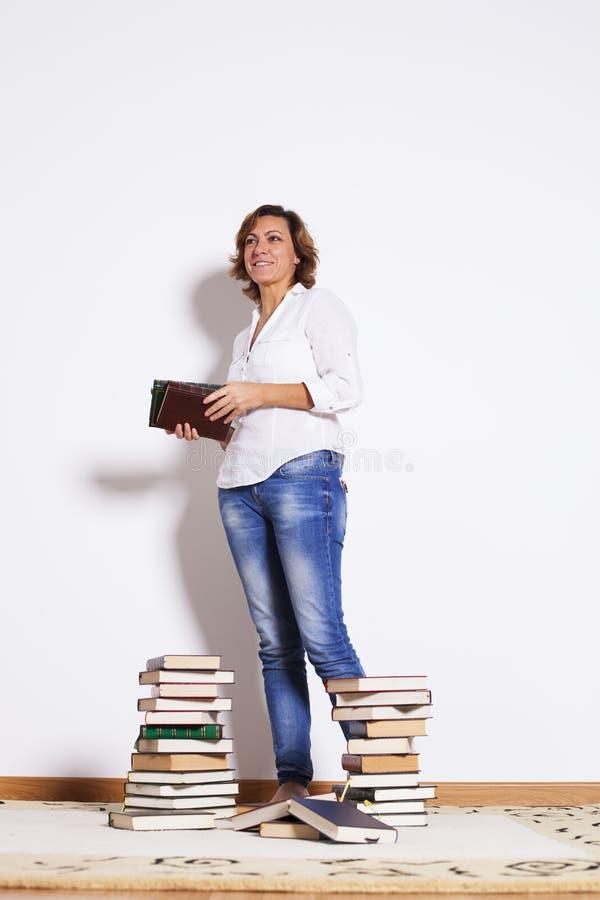 Livres de lecture de femme photo stock